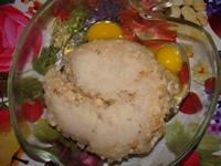 Прокручиваем на мясорубку репчатый лук, сухой батон и филе минтая